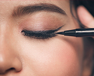 tips to prevent eyeliner from smudging thumb