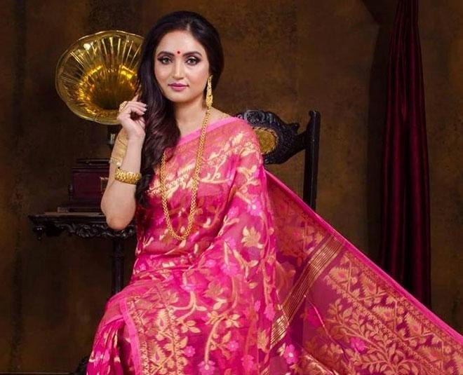 durga puja  know about red and white dhakai jamdani saree main