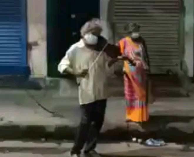 elderly man playing violin in kolkata main