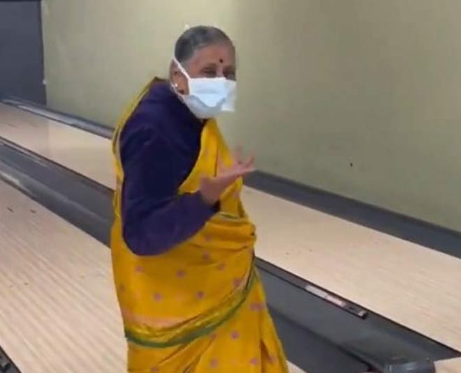 dadi bowling strike in saree
