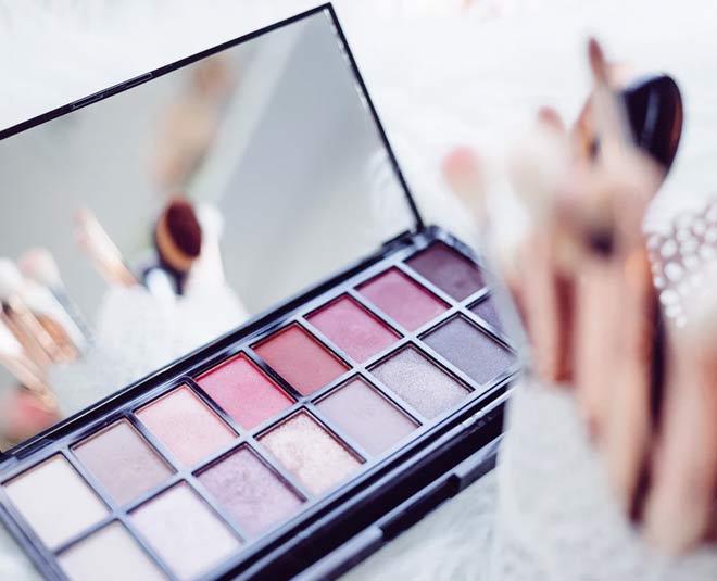 keeping makeup arrangedMAIN